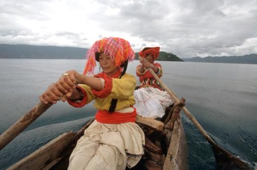41-Donne-moso-sul-lago-Lugu-Cina-sud-occidentaleYM019457